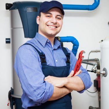 Technicien en charge d'un chauffe-eau